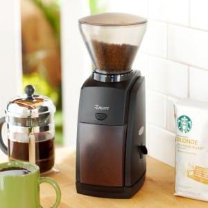 koffie moet in een koffiemolen worden gemalen voor de perfecte espresso koffie
