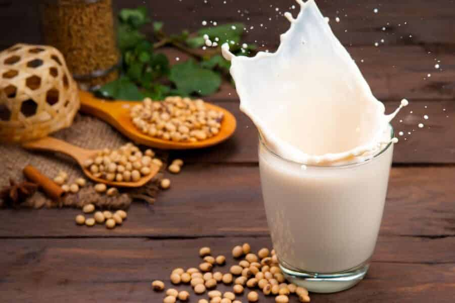 6 HEALTHY ALTERNATIVES FOR MILK IN COFFEE