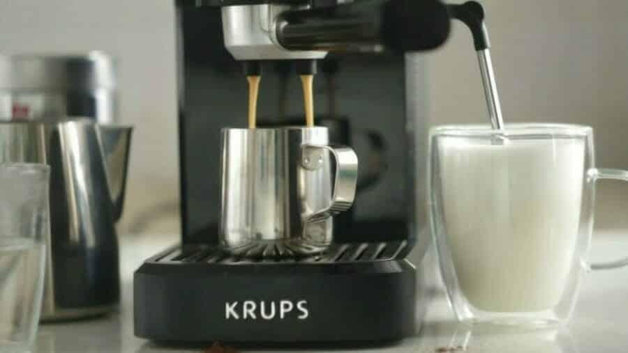 Stoompijp en koffiemachine in gebruik