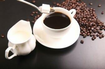 De zes slechtste dingen die je in koffie kan doen